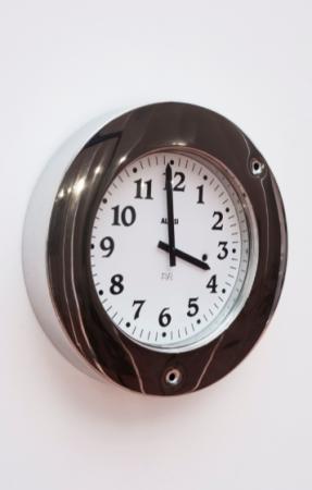 Pripyat 2015 horloge Alessi, impacts de balle ø 40 cm courtesy Galerie Bugada & Cargnel, Paris photo : Martin Argyroglo