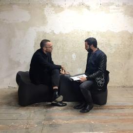 """Tyler Coburn (gauche) et Hicham Khalidi (droite) sur """"Ergonomic Futures"""" de Tyler Coburn, 2016, fraisage numérique, fibre de verre, peinture soft touch - Vue de l'exposition Faisons de l'inconnu du Allié du 11 au 23 octobre. Courtesy Lafayette Anticipation - Fondation d'entreprise Galeries Lafayette."""