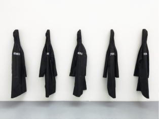 "Antoine Donzeaud ""Uniform"",2016. 5 vestes Vetememe, métal. Dimensions variables. © Grégory Copitet / Courtesy of the artist and Valentin, Paris"