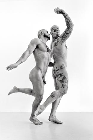 """Jean-Luc Verna (avec François Sagat) """"Apollon et Daphnée """" 1625, marbre, 2014 *Roadie tentant d'attraper une fan grimpée sur la scène. Tirage numérique. Courtesy Jean-Luc Verna."""