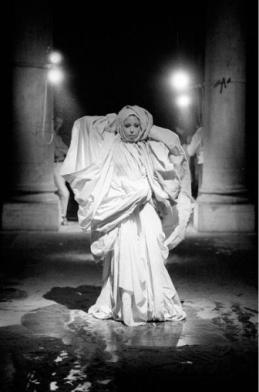 Etude documentaire, Le Drapé, Le Baroque, Palazzo Grassi, Venise, 1979, © ORLAN