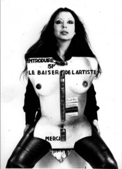 ORLAN, Le Baiser de l'artiste, 1977, 65 x 43, Photographie noir et blanc, Collection Maison Européenne de la Photographie, Paris, France © ORLAN