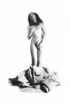 """ORLAN, Naissance d'ORLAN sans coquille, 1974, Série """"Striptease occasionnel à l'aide des draps du trousseau"""", tirage photographique noir et blanc collé sur bois, 97 x 170 cm © ORLAN / ADAGP"""