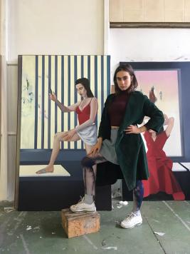 Apolonia Sokol devant PORTIA dans son atelier - Courtesy de l'artiste