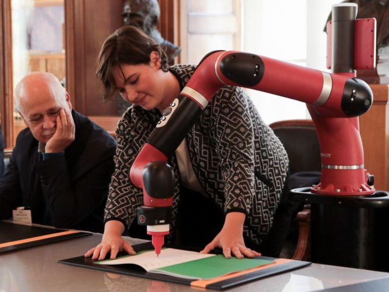 """Signature de l'acte de naissance de la chaire """"Art & Sciences"""" par un robot à l'Institut Pasteur le 27 septembre 2017"""