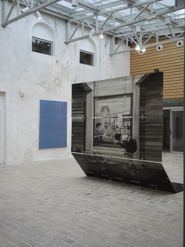 Vue d'exposition avec les œuvres de Coraline de Chiara, Effleurement, 2017 (au mur) et de Lenny Rébéré, Sans titre, 2017