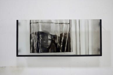 Sans-titre, 2017, verre gravé et encré, métal, 30x75cm