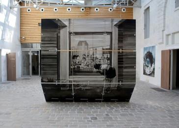 Sans-titre, 2017, Verres, encre, métal, 280x300x160 cm