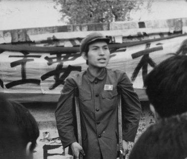 Ma Desheng parle à la foule devant le Mur de la démocratie, 1979.