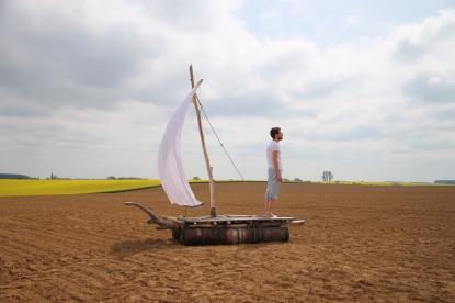 Fabien Mérelle et son radeau de fortune sur les terres labourées de son grand-père