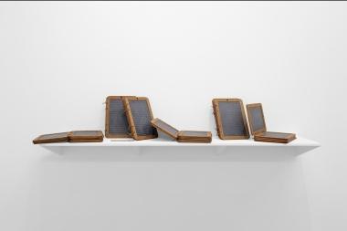 Gabriel Leger, Nul n'est une île #1 L'Ecclésiaste, 2018. Fraisage numérique sur 37 ardoises d'école (ardoise, bois) dimensions variables. Courtesy Gabriel Leger et Galerie Sator, Paris.
