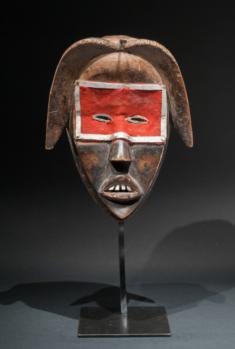 Masque Dan, Circa 1930, bois oxydé par endroit, clou, tresse droite restaurée sur place avec deux clous, 27 cm. Courtesy Galerie l'Atelier.