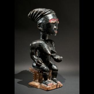 Statuette féminine, groupe Akan, Ghana ou Côte d'Ivoire, nois et peinture Ripolin, H.36cm. Courtesy galerie l'Atelier, Toulouse.