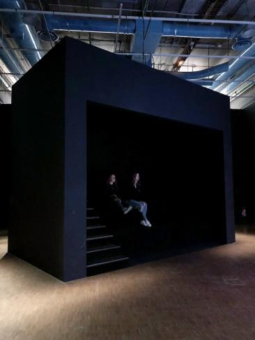 Estrade où sont assis les spectateurs pour regarder la vidéo au Centre Pompidou
